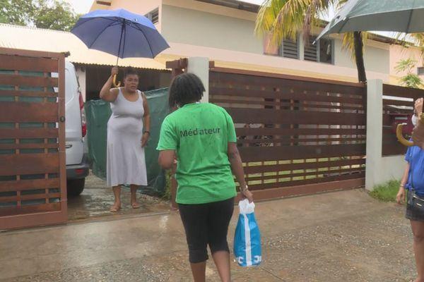Distribution de colis alimentaires à Kourou