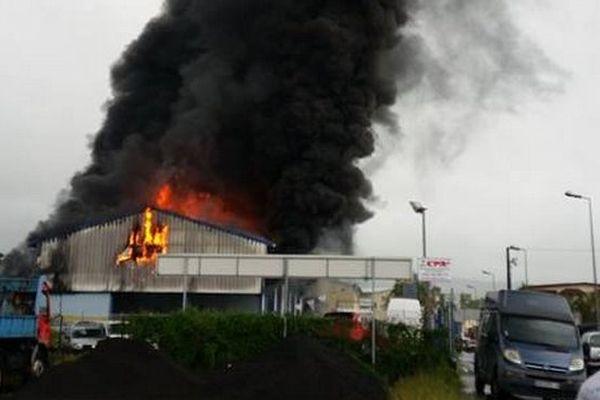 Garage en feu à Bras-Panon