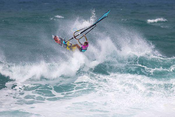 Sarah Hauser une nouvelle fois reine de l'American Windsurfing Tour, dans ses oeuvres sur les vagues d'Hookipa