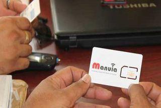 La carte SIM entre les mains du Directeur de la Poste.