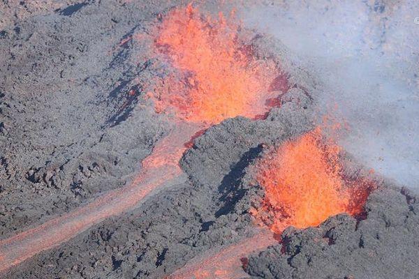 La 3ème éruption de l'année. Photo aérienne des fissures du 29 juillet 2019