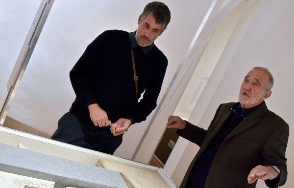 Thomas Romon (à gauche) et Max Guerant, devant la maquette montrant le lieu où se sont réfugiés les esclaves abandonnés de Tromelin au 18e siècle