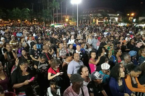 La foule rassemblée le 9 avril place des Palmistes à Cayenne