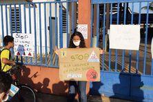 Les parents d'élèves devant le collège Constant Chlore à Saint-Georges