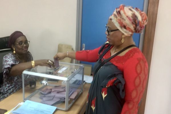 Faïdat Ali Abdou glisse son bulletin dans l'urne