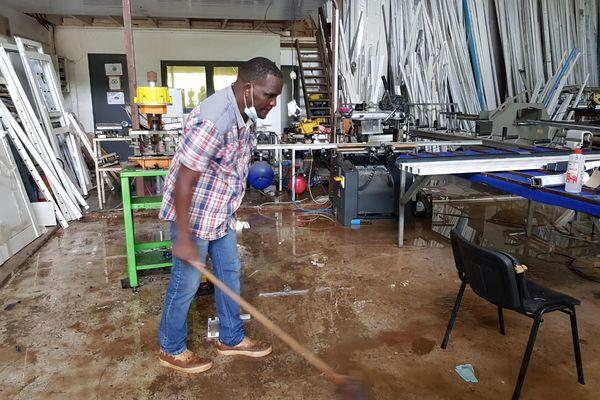 Alexandre Faresco dans son atelier inondé