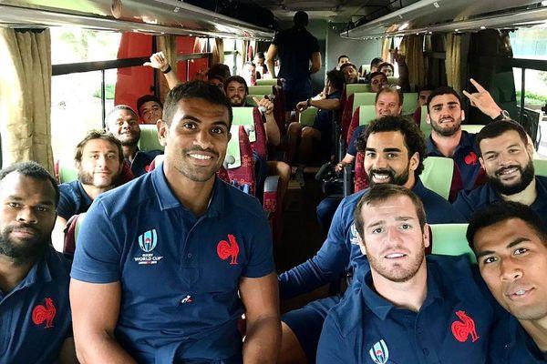 Sébastien Vahaamahina (1er rang, à droite) dans le bus qui emmène le XV de France à Tokyo.