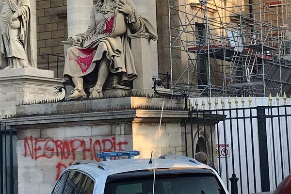 Statue Colbert taguée