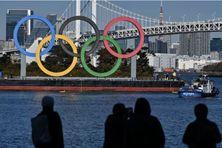 Les anneaux olympiques au bord de l'eau à Tokyo, le 1er décembre 2020
