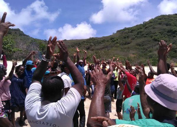 mains levées des bénévoles