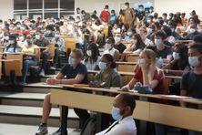 Etudiants rassemblés dans un amphithéâtre du campus de Fouillole en ce jour de rentrée universitaire