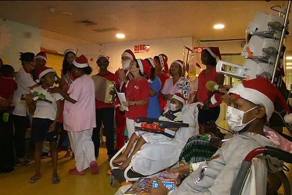 Le Père Noël et Miss Réunion 2013 au CHU