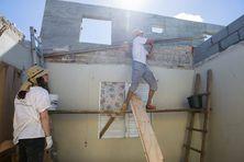 Des membres de l'ONG Bâtisseurs Solidaires reconstruisent une maison détruite par l'ouragan Irma dans le quartier d'Orélans à Saint-Martin, six mois après le cyclone.