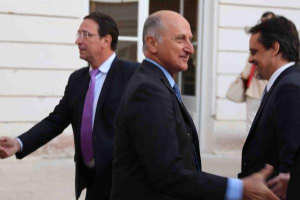 Le président du Congrès Gaël Yanno (Union pour la Calédonie dans la France) et le député Philippe Gomès en arrière plan (Calédonie Ensemble)