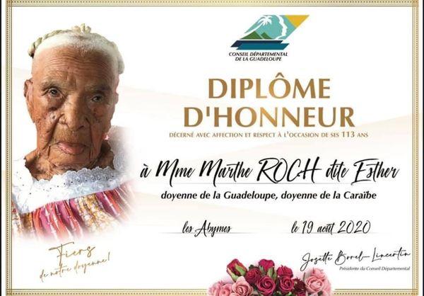 Diplôme d'honneur du conseil département pour Marthe Roussas, 113 ans, doyenne de la Guadeloupe et de la Caraïbe