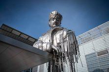 L'aviateur Réunionnais Roland Garros dispose désormais d'une statue érigée à son effigie dans l'enceinte du célèbre stade dédié au tennis français à Paris.