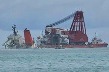 Mise en place de la barge pour démanteler la poupe du Wakashio, prisonnière de la barrière de la Pointe-d'Esny depuis juillet 2020