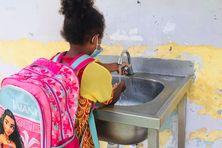 A l'école du village de Ponérihouen, passage au lavage des mains, le 26 octobre.
