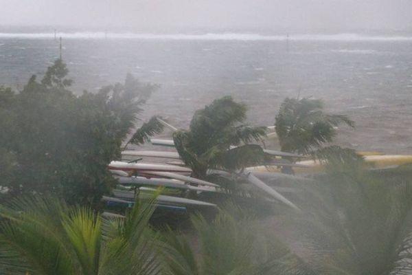Beaucoup de vent et des dégâts à Tahiti, mais pas de cyclone comme à Fidji