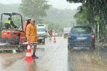 Plusieurs techniciens sont mobilisés pour réparer les dégâts occasionnés par les coulées de boue à Saint-Joseph.