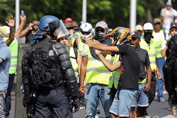 gilets jaunes chantent marseillaise face aux forces de l'ordre