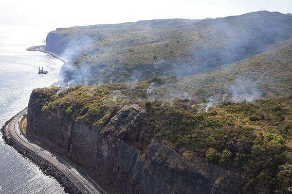 L'incendie qui s'est déclaré la nuit dernière sur le haut de la falaise de la Route du littoral est maîtrisé