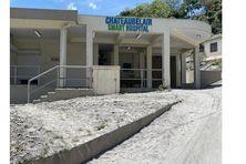 L'hôpital de Chateaubelair couvert de cendres volcaniques.