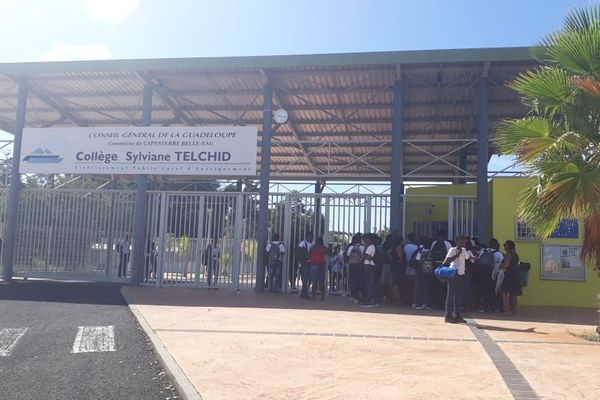 Le personnel du collège Sylviane Telchid en droit de retrait