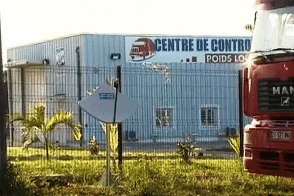 Un camion de gréviste stationné devant le centre de contrôle technique des poids lourds