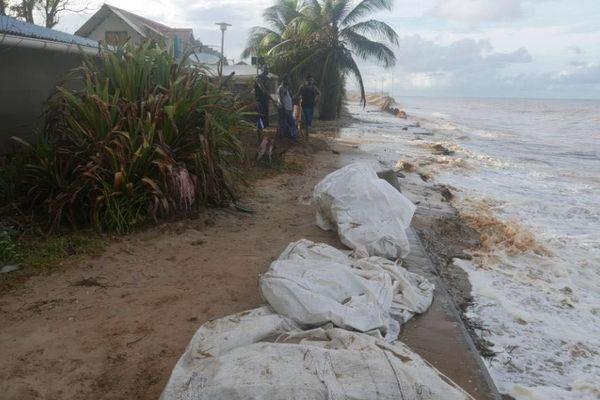 Barrage de sable à Kourou pour protéger des maisons