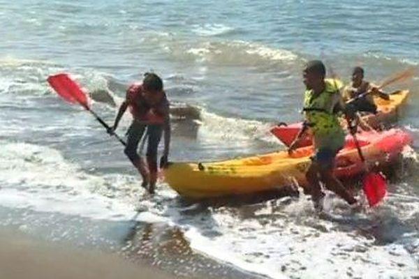 Les collégiens en compétition à la plage d'Iloni