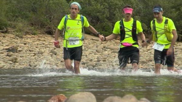 Capture ultra trail de Nouvelle-Calédonie traversée rivière Tontouta trois coureurs (4 juin 2017)