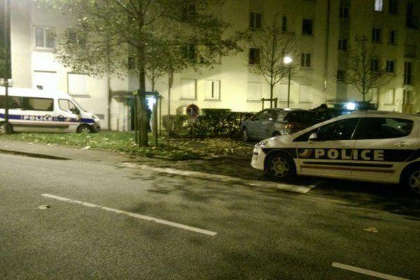 Un appartement de l'allée Saint-Exupéry, dans le quartier de Courteille à Alençon est perquisitionné.