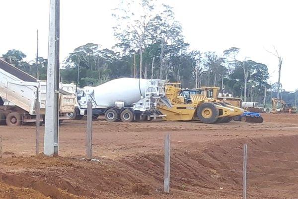 Les engins qui travaillent sur le chantier de la BR 156
