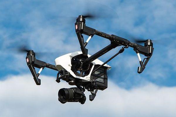 Le drone a largué un boudin gonflable aux nageurs en difficulté