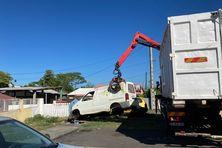 La municipalité de Saint-Louis et l'Association VHU Réunion ont organisé une grande opération de récupération de carcasses de voitures. Au total, 15 véhicules ont été dégagés de la voie publique ce lundi 1er mars sur la commune sudiste.