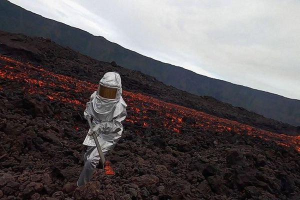 Des scientifiques de l'Observatoire se sont rendus au plus près de l'éruption du Piton de la Fournaise.