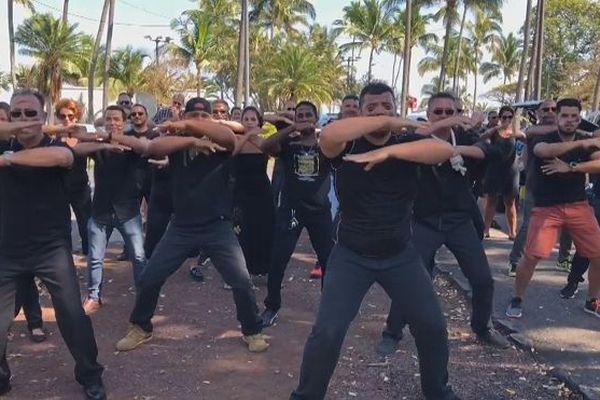 Des manifestants font un haka pour dénoncer la vie chère.