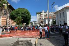 Les lycéens se sont rendus devant la préfecture à Fort-de-France (mercredi 21 avril 2021)
