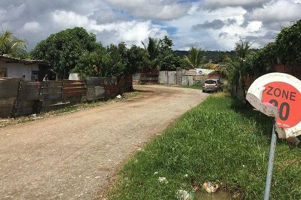 """L'entrée du """"quartier"""" Saint-Pierre, construit illégalement sur un terrain privé"""