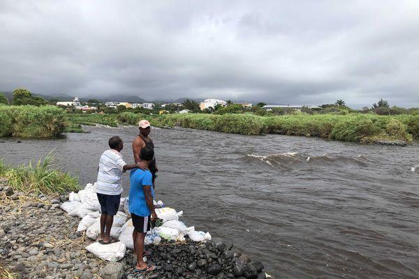La désolation pour les pêcheurs de bichiques suite à la crue de la Rivière des Marsouins