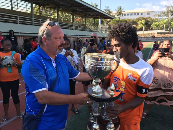 La coupe remise par Steeve Laigle à l'AS Lössi, victorieuse en U16, 23 novembre 2019