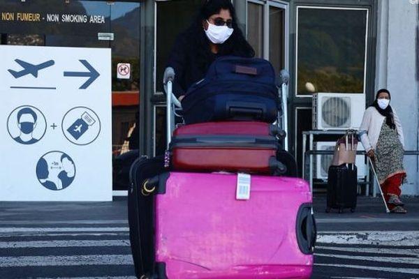 Des tests de dépistages du coronavirus sont réalisés à l'aéroport de Gillot, à La Réunion.