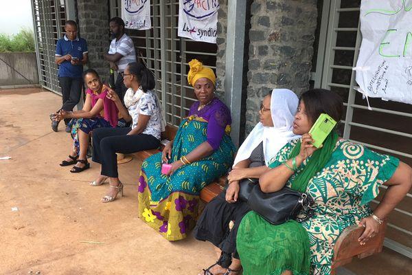 Les agents des services de l'accueil de la préfecture en grève