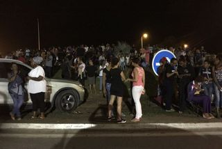 La population rassemblée au barrage de la crique Fouillée le soir du 17 avril