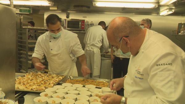 Le chef Terii en cuisine avec des chefs étoilés