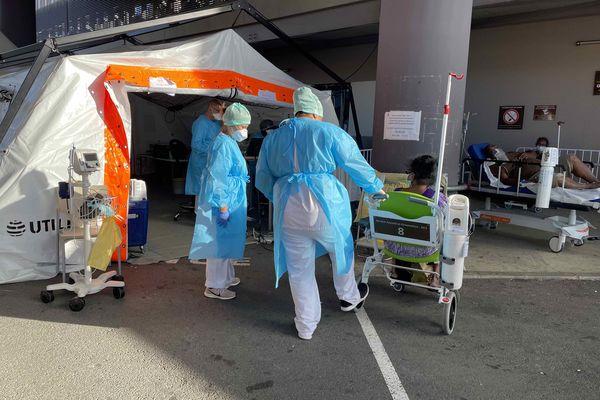A l'entrée des urgences adultes du Médipôle, l'après-midi du samedi 18 septembre.