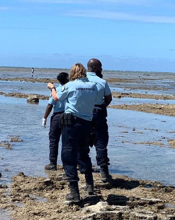 Gendarmes à pieds dans le lagon