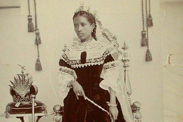 Reine Ranavalona III et la couronne