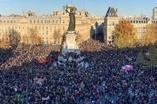"""Des dizaines de milliers de manifestants à Paris, le 28 novembre 2020 contre le texte de loi """"sécurité globale"""", les violences policières et le racisme."""